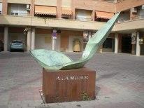 A la mujer , escultura de Salvador Susarte.